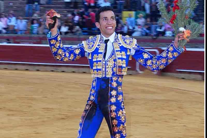 David de Miranda, con las dos orejas del tercero. (FOTO: Pepe Plaza)