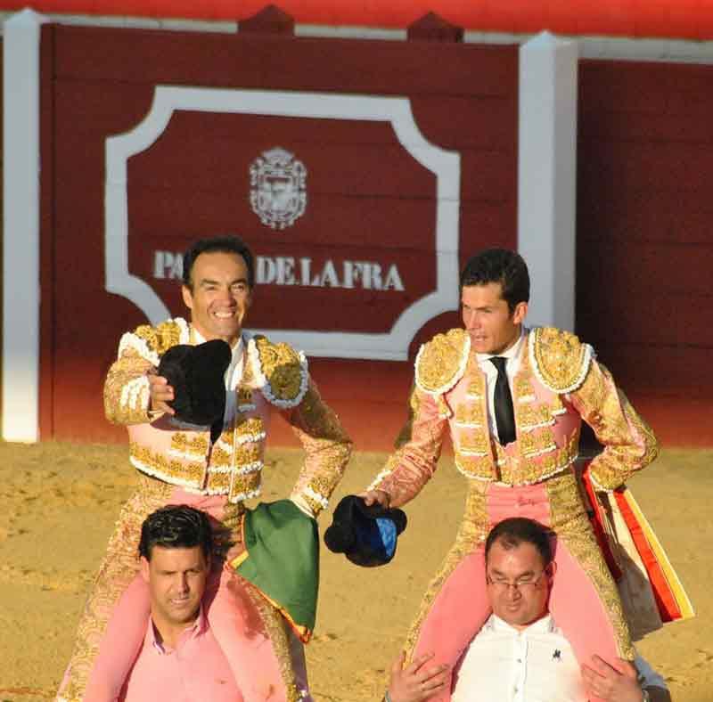 El Cid y Daniel Luque, a hombros esta tarde en Palos. (FOTO: Arizmendi)