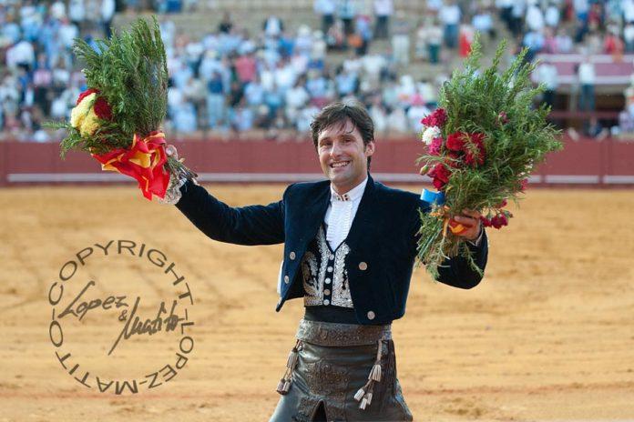 Andrés Romero, en la vuelta al ruedo en la Maestranza tras cortar las dos orejas del sexto toro. (FOTO: López-Matito)
