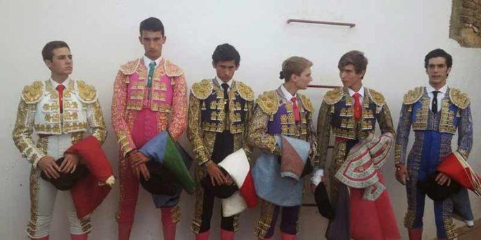 Los seis jóvenes actuantes hoy en Zufre.