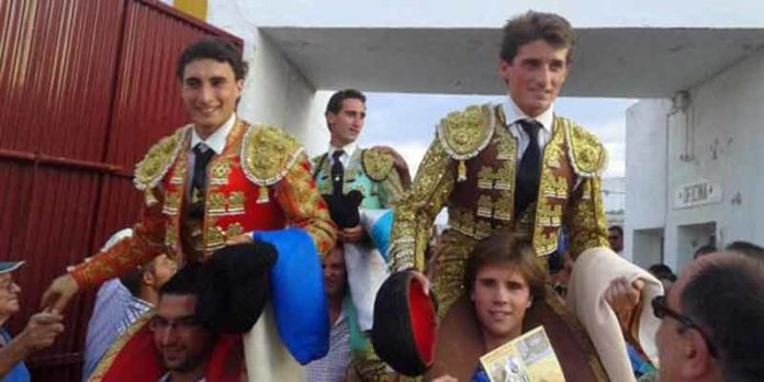 García Corbacho, el onubense Juan Ramón Jiménez y Alfonso Cadaval, a hombros hoy en Arroyomolinos de León. (FOTO: Arizmendi)