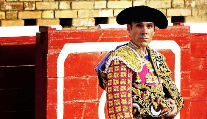 José Tomás, en un paseíllo en la plaza de Huelva. (FOTO: Vicente Medero)