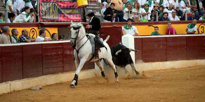 Andrés Romero, recibiendo a portagayola a uno de sus astados esta tarde en Huesca.