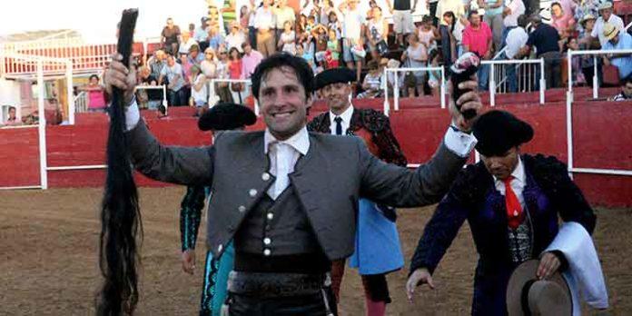 El rejoneador onubense Andrés Romero, triunfando esta tarde en Zahinos.