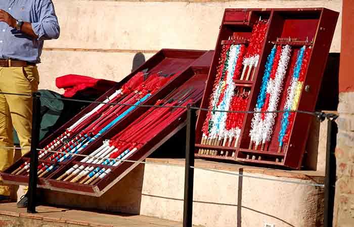 Las cajas con las farpas, rejones y banderillas del jinete Pablo Ramos.