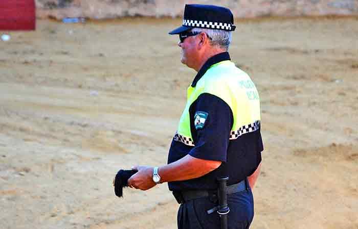 De Policía Local de Almonaster a alguacilillo del festejo.