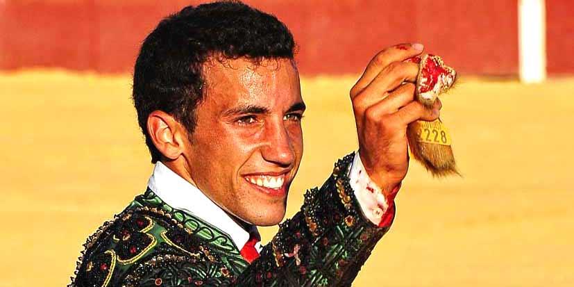 David de Miranda, con las dos orejas y el rabo del último del festejo en Santa Olalla. (FOTO: Arizmendi)
