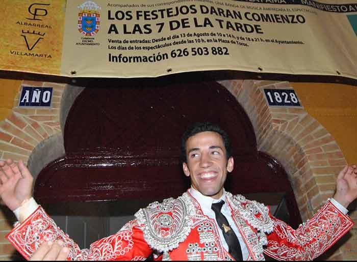 David de Miranda, saliendo hoy a hombros en Valverde del Camino. (FOTO: Arizmendi)