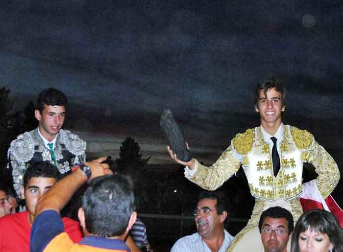 Los onubenses José Juan Cano y Emilio Silvera, a hombros hoy en Rociana del Condado. (FOTO: Arizmendi)