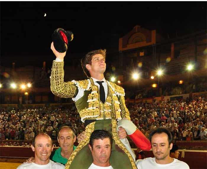 El Juli, en su salida a hombros esta tarde-noche en la plaza de Huelva. (FOTO: José Andrés)