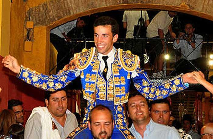 El onubense David de Miranda sale a hombros en el cierre de Colombinas. (FOTO: Xosé Andrés)