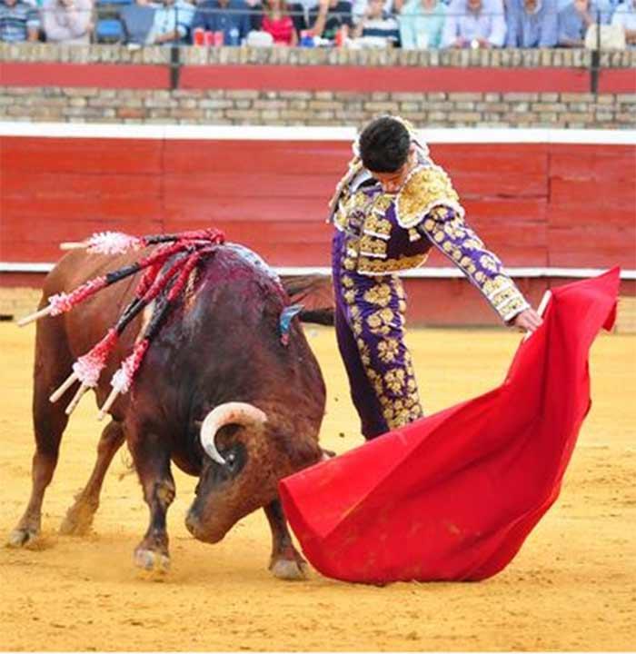 Un buen natural de Alejandro Talavante hoy en La Merced. (FOTO: Plaza de toros de Huelva)