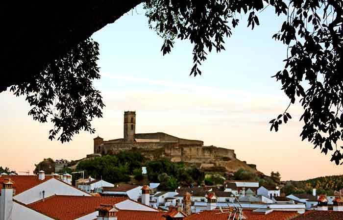 La espectacular vista del pueblo de Almonaster desde su plaza.