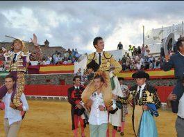 Escribano, Luque y el mayoral de Pereda, a hombros al finalizar la corrida de Cortegana. (FOTO: Arizmendi)