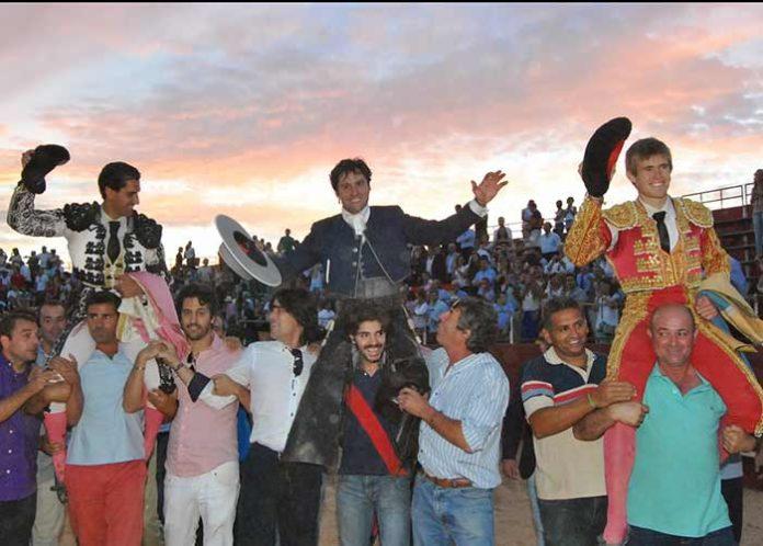 Martín Núñez, Andrés Romero y Javier Jiménez, a hombros al finalizar el festejo en La Palma del Condado. (FOTO: Arizmendi)