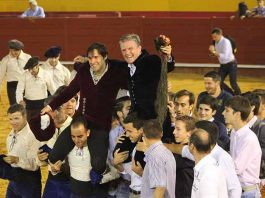 Novilleros y aficionados izan a hombros a Espartaco junto a Andrés Romero esta tarde en Palos al finalizar el triunfal festejo. (FOTO: Laura Barba)