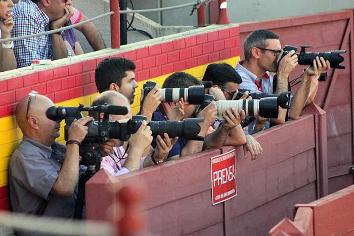 Expectación entre los fotógrafos acreditados.