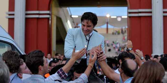 Andrés Romero, saliendo a hombros este año en la plaza de toros extremeña de Don Benito.