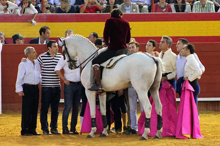 Andrés Romero brinda el último toro de la temporada a su equipo.