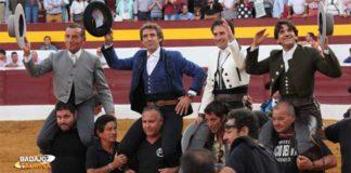 Andrés Romero, en el centro, saliendo a hombros con sus dos compañeros y el mayoral esta tade en Zafra. (FOTO: Gallardo/badajoztaurina.com)