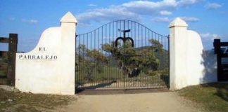 Cancela de entrada a la finca onubense de El Parralejo, En Zufre.