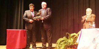 El ganadero Luis Uranga recibe el trofeo a la 'Ganadería más destacada' 2014 de la Peña Taurina 'La Divisa' de Trigueros.