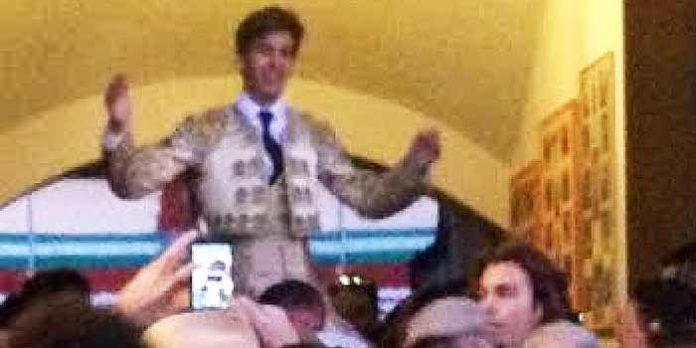 Emilio Silvera, saliendo a hombros en Sanlúcar de Barrameda.