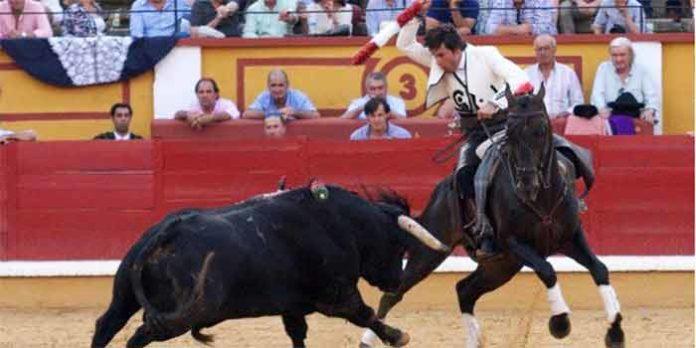Andrés Romero con una banderilla hoy en Badajoz. (FOTO: Gallardo / badajoztaurina.com)