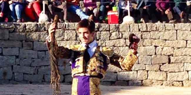 Emilio Silvera, con las dos orejas y rabo ganadas hoy en Navalmoral de la Sierra (Ávila).