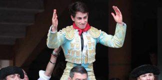 El novillero onubense Alejandro Conquero, a hombros hoy en Tudela (Navarra).
