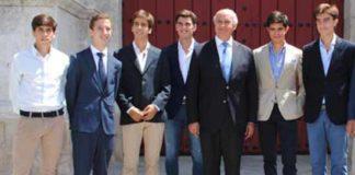 Emilio Silvera, tercero por la izquierda, en la presentación de los carteles de promoción de la Maestranza. (FOTO: Toromedia)