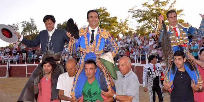 El rejoneador onubense Andrés Romero, a la izquierda, a hombros hoy con El Cid y Javier González en Alcalá la Real (Jaén).