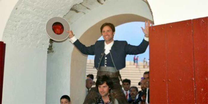 Salida a hombros de Andrés Romero hoy domingo en Higuera la Real (Badajoz).