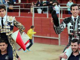 David de Miranda, a la derecha, en su salida a hombros esta tarde en Chapinería (Madrid).