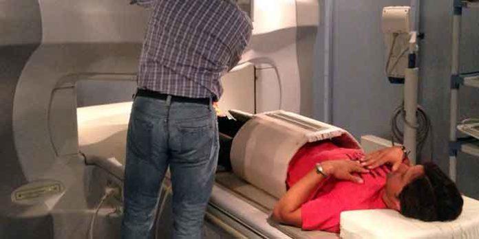 Andrés Romero, sometiendose a las pruebas médicas para determinar el alcance de la lesión.
