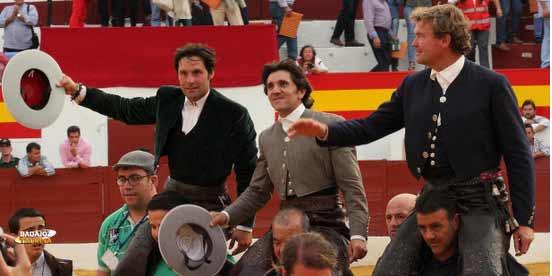 Andrés Romero, a la izquierda, a hombros hoy en Zafra junto a Ventura y Bohórquez. (FOTO: Gallardo / Badajoz Taurina)
