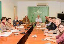 Los miembros del jurado de los 'Premios taurinos provinciales de Huelva' durante la deliberación.